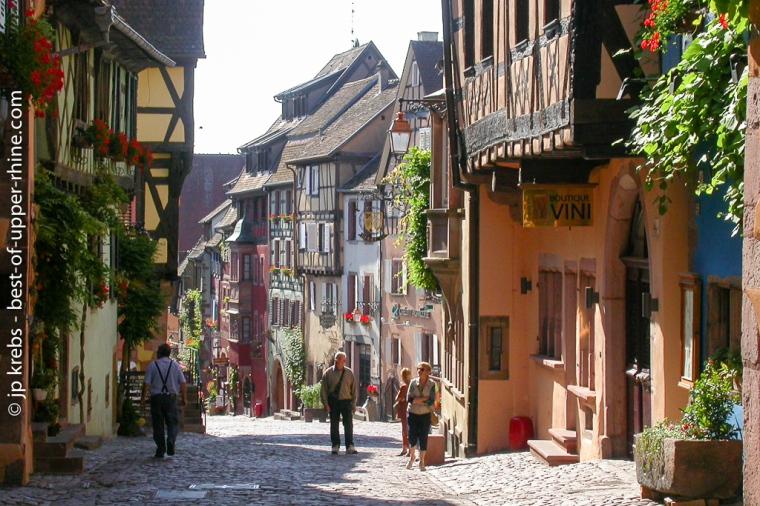 Rue principale de Riquewihr un matin d'été.